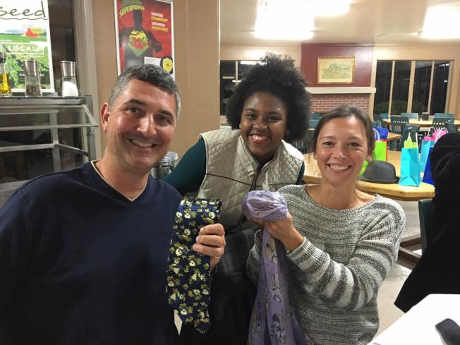 印第安泉學校中文班孔子課堂舉辦敬師宴,數學老師溫蒂‧葛伊(右)和體育老師杭特‧葛伊(左),歡喜地收下學生甘迺迪·斯慕斯致贈的禮物。(記者張嘉琪/攝影)