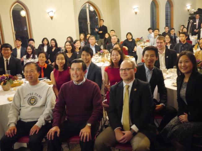 聖母大學安排歡迎餐會,馬英九與學生親切交談,現場提問集中在對他個人的興趣遠多於兩岸政治議題,氛氛溫馨、笑聲不斷。(黃惠玲攝)
