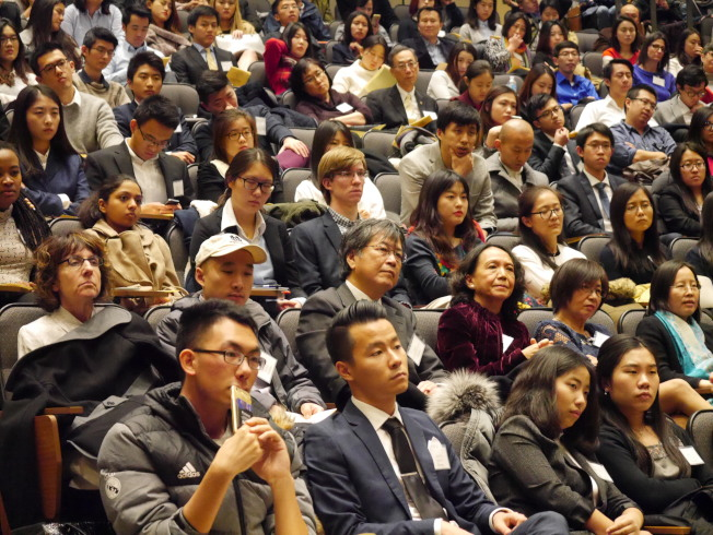 馬英九在聖母大學公開演講,回顧他在8年總統任內對促進海峽兩岸和平的努力,嚴肅主題不時穿插輕鬆小故事串場,觀眾聚精會神聆聽。(黃惠玲攝)