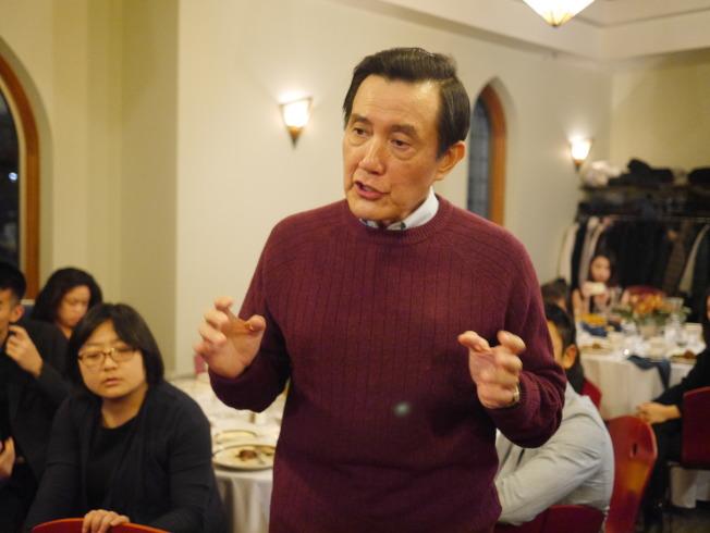 馬英九近身回答兩岸學生提問,完全沒有政治人物的架子,學生問題接二連三,欲罷不能。(黃惠玲攝)