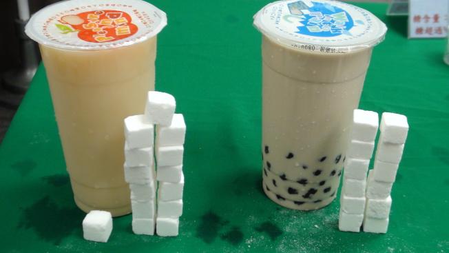 一杯含糖飲料約含20顆方糖,很容易肥胖。(本報資料照片)