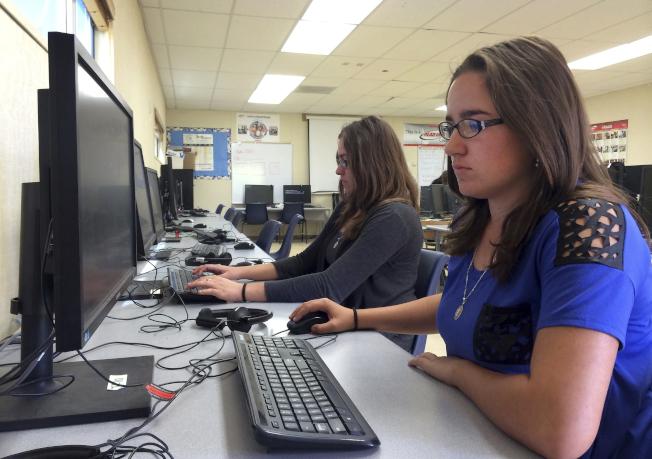 加州一所高中學生在電腦教室內學習。(美聯社)