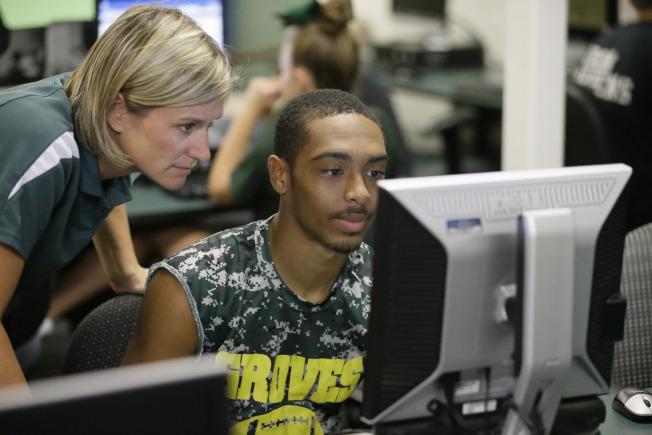 密西根州高中學生在電腦前學習。(美聯社)
