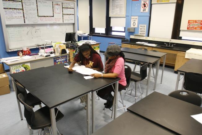 芝加哥的高中生在教室學習,準備考試。(美聯社)
