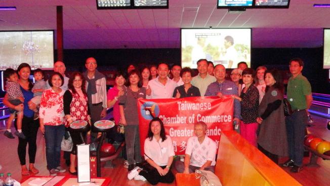 大奧蘭多台灣商會舉辦保齡球聯誼賽,部分與會者在球館合影。(Cynthia Jarboa提供)