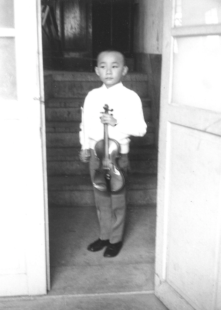 林昭亮於五歲半時,喜獲來自父親從日本帶回的第一支小提琴。(林昭亮提供)