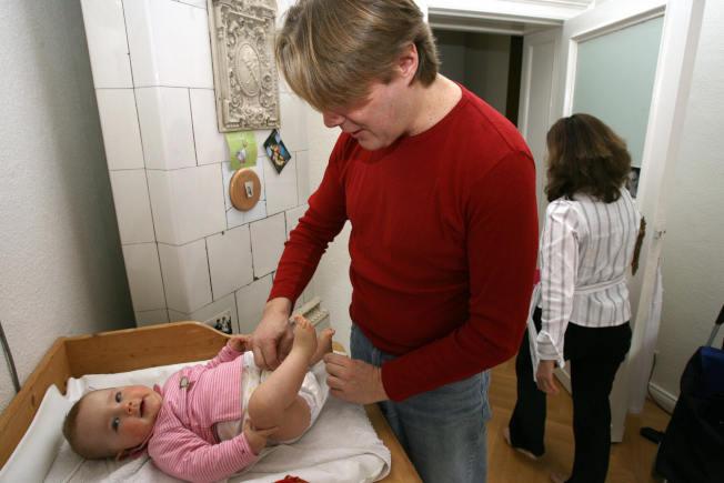 民調顯示,如今有越來越多的家庭平分家務活,爸爸也開始承擔更多的家務和照顧孩子的責任。(Getty Images)