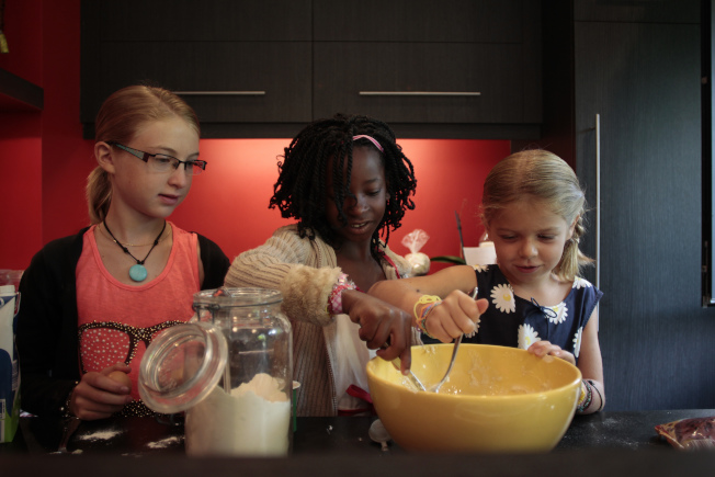 做家務活可以讓孩子更懂得珍惜生活和有家庭一員的感覺。(Getty Images)
