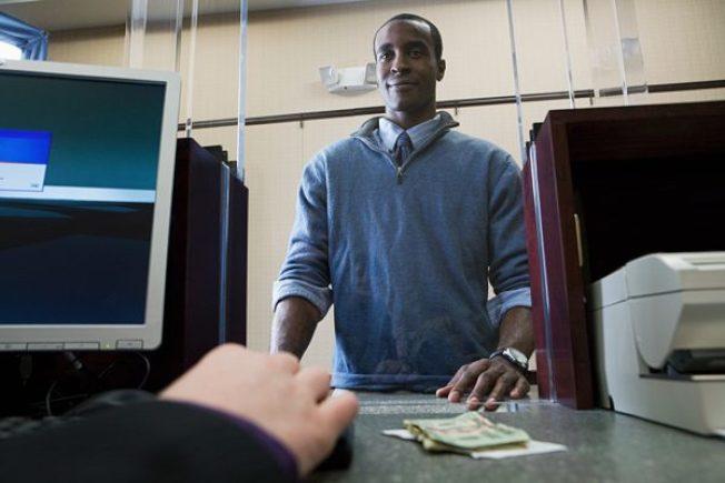 黑人每月存2000元現金 被「視如罪犯」
