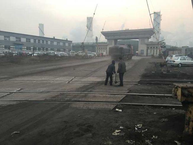 一對老夫妻在鋼廠門口撿焦炭,每次卡車過後他們就沖上去。(取材自網易號自媒體《知道》)