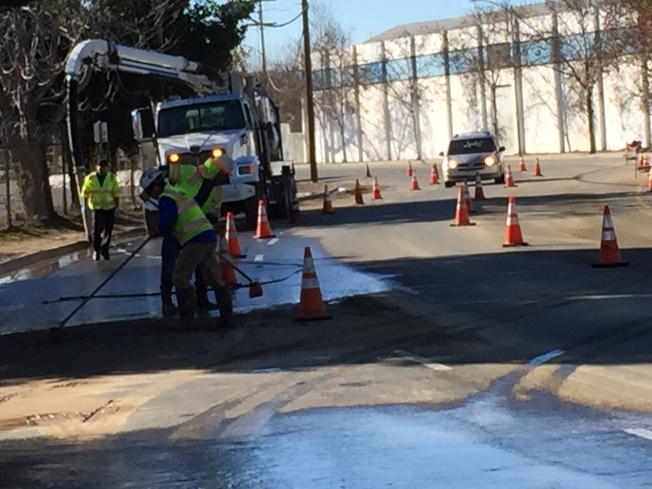 聖荷西水廠員工忙著清除Alma大道路面的積水。(記者王金城/攝影)