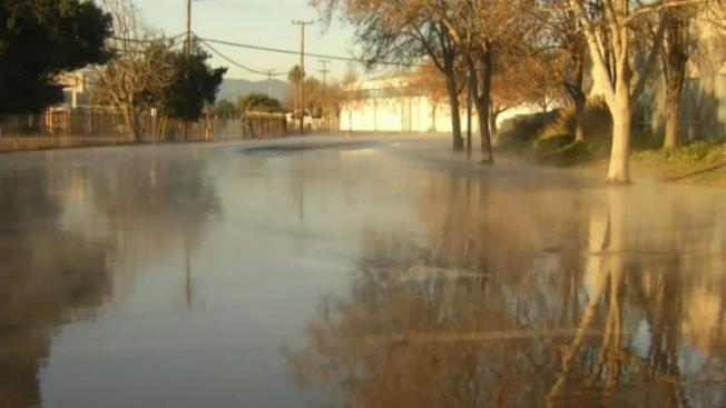 聖荷西一處大水管破裂,馬路積水嚴重,有如一處湖泊。(電視新聞截圖)