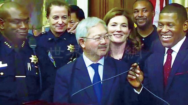 按照李孟賢(中)的任命,史考特(右一)將於明年接替夏普林(左一)擔任舊金山新一任警察局長。史考特在記者會上表達了改革的決心。(記者黃少華/攝影)