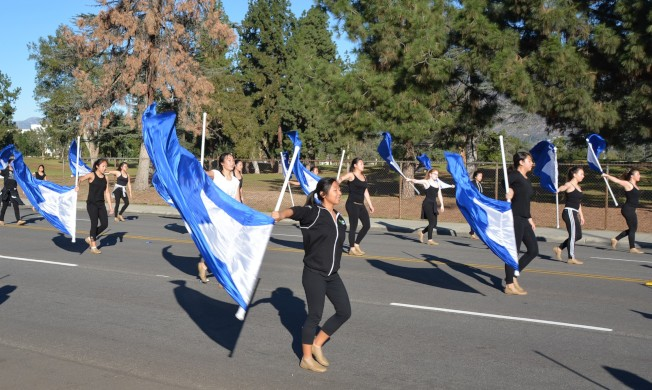 亞市高中樂儀隊女生翻舞藍白旗陣容壯觀。(記者丁曙/攝影)