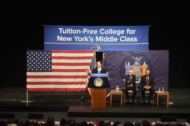 紐約州公立大學學費將從今年起對收入在10萬元以下家庭免費,成為全國首個推行免費大學教育的州。(州長葛謨辦公室提供)