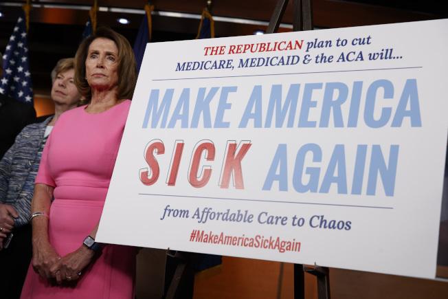 众院少数党领袖波洛西4日在众院率领同僚为「欧记健保」存废而展开行动。她提出「让美国再生病」的标语,藉以嘲讽川普的「让美国再伟大」的空话。(美联社)
