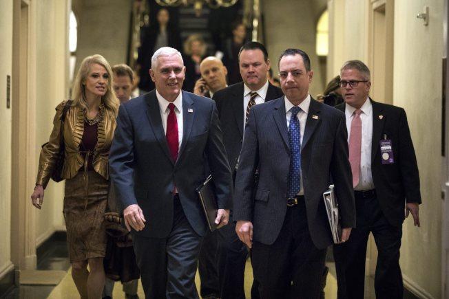 副总统当选人潘斯4日亲赴国会督战,共和党当家的国会新会期第一件事就是废除欧记健保。前右二为内定白宫幕僚长薄普思。(欧新社)