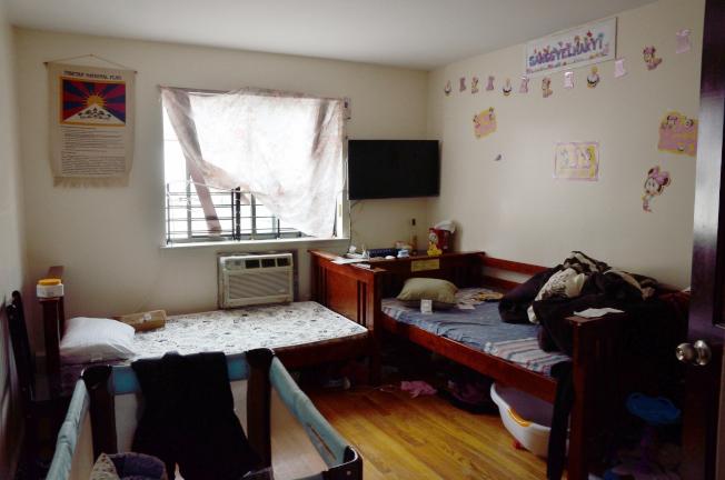 發生凶案的房間內挂著藏旗,牆上還有寫著女嬰名字的畫作。(記者朱澤人/攝影)