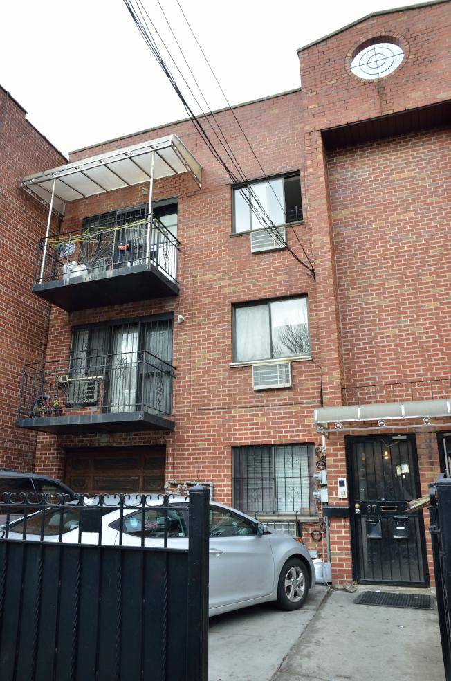 艾姆赫斯特87-19號公寓三樓發生謀殺案。(記者朱澤人/攝影)