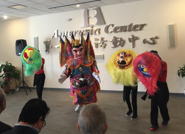 中佛州中華學校小朋友表演舞獅,與三太子人偶一起飆舞。(記者陳文迪/攝影)