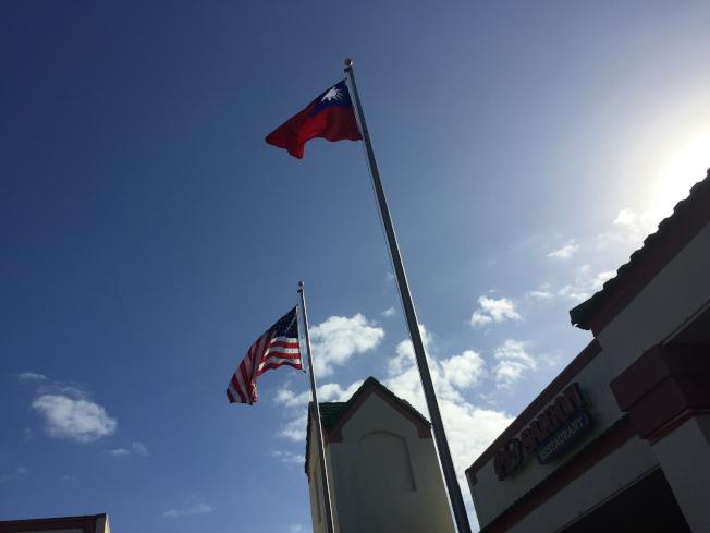 元旦升旗典禮,中美國旗飄揚。(記者陳文迪/攝影)