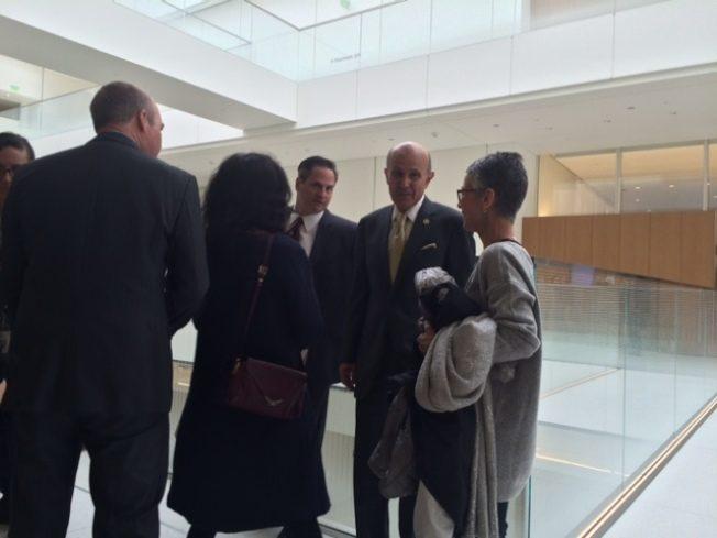 李贝卡(右二)案将重审,不少支持者感到吃惊与不解。(记者杨靑/摄影)