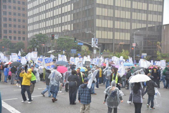 10日洛加大行政文員發起聯合罷工,超過700人風雨無阻參加,中午從洛加大醫學中心西木院區步行到Wilshire大道,警方封鎖兩個街區交通以保護抗議民眾安全。(記者吳佩甄/攝影)