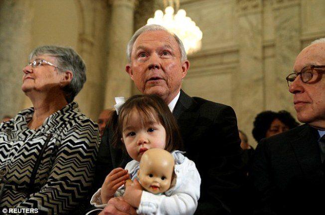 塞辛斯攜亞裔外孫女 卻被諷「偷嬰兒」
