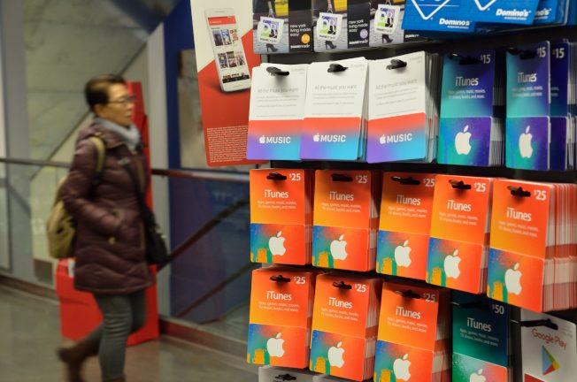 各种面额的苹果iTunes卡在各大药妆店都可买到,有的可充值到500元。(记者朱泽人/摄影)
