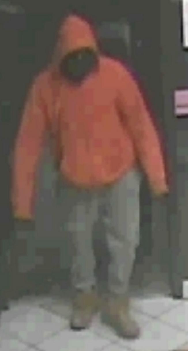 涉嫌抢劫中餐馆的非裔劫匪。(警方提供)