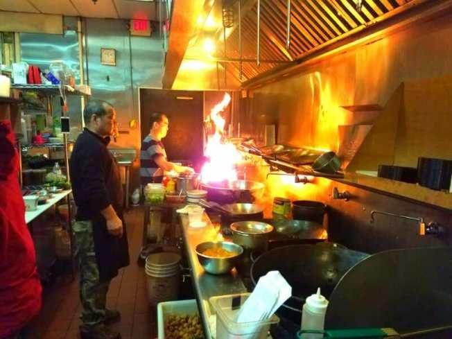餐馆业者说,其实每天长时间处在高温枯燥的厨房,很容易使人脾气「上火」。(陈爱国提供)