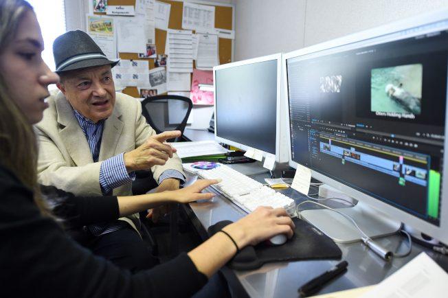 一份调查显示,美国人退休后的预期平均寿命比多数已开发国家国民短。图为一名退休男子专注学习电脑使用。(Getty Images)