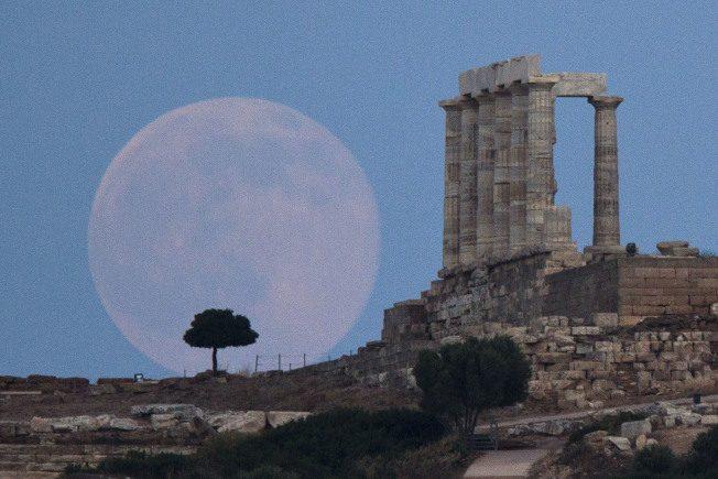 月亮到底在多久以前形成一直众说纷纭,最新研究显示,这颗地球的近邻高龄已45亿1000岁。(美联社)