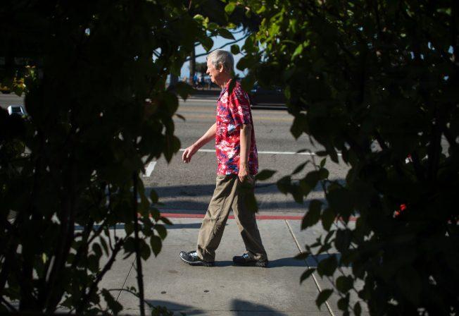 一份调查显示,美国人退休后的预期平均寿命比多数已开发国家国民短。图为一名退休男子利用闲暇时间散步。(Getty Images)
