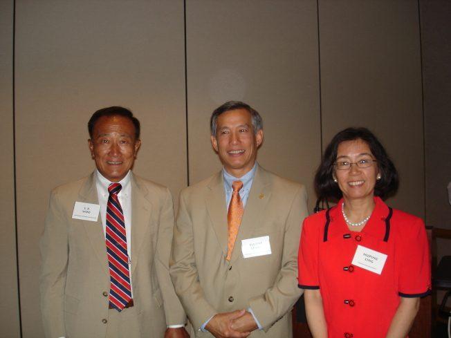 令狐萍博士(右) 與吳仙標副州長(左)同席演講,2007年9月22日。