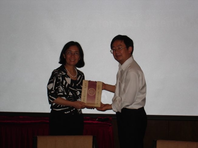 令狐萍教授(左)在清華大學演講,2010年5月26日