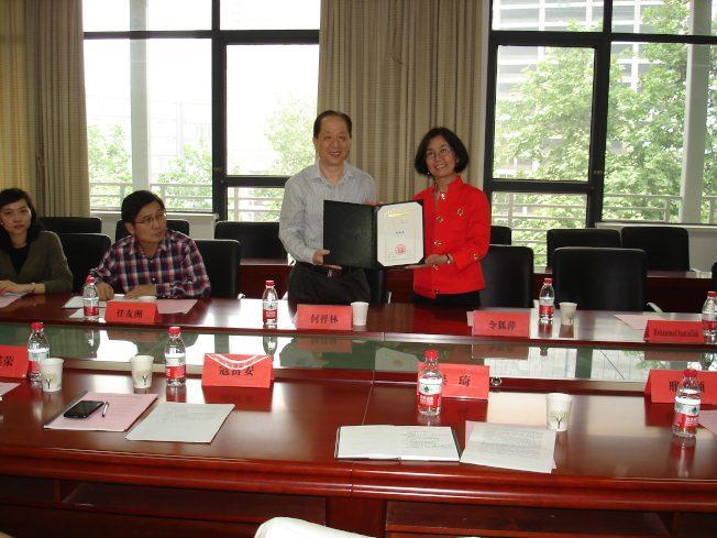 令狐萍(右)接受華中師大長江學者聘書,2013年5月6日。