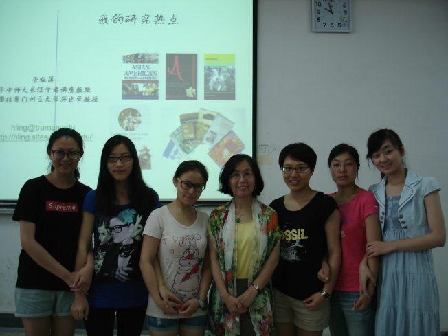 令狐萍(左四)任中國教育部長江學者講座教授,在華中師大為研究生講述美國華僑史,2013 年 6 月 6日。