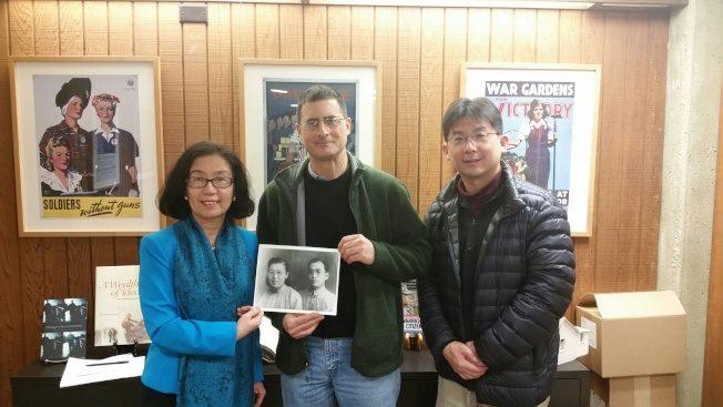 令狐萍教授(左起) 捐贈令狐溥檔案給史丹福大學胡佛研究所圖書檔案館館長Dr. Eric Wakin,及該所檔案館東亞館藏部主任及研究員林孝庭,攝於2016年12月16日。(令狐萍提供)