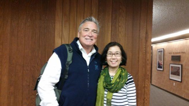 令狐萍教授(右)與胡佛研究所所長Dr. Tom Gilligan, 2016年4月11日。(令狐萍提供)