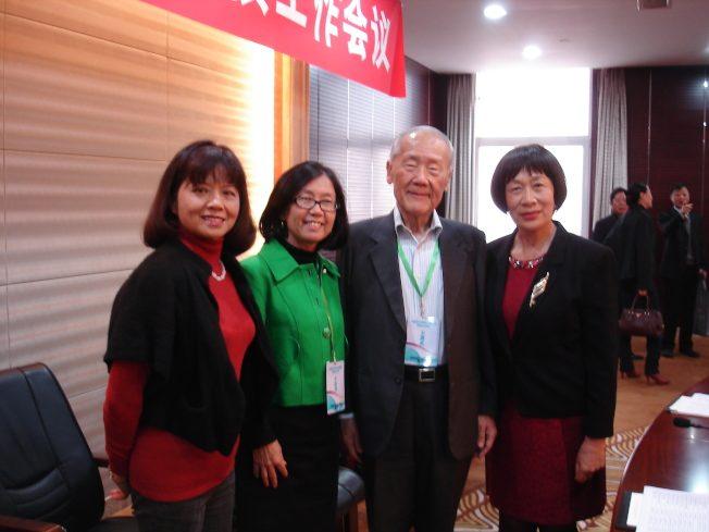 令狐萍(左二)擔任中國僑聯 13 卷《世界華僑史》的唯一海外編委,在北京出席編委會議,2013 年 10月 28 日。(令狐萍提供)
