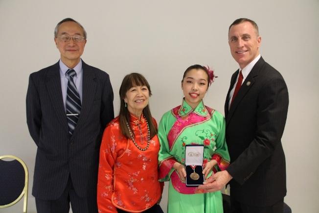 墨菲(右一)頒獎給 Caroline Huang,與余月紅、李大立合影。(記者張瓊月/攝影)