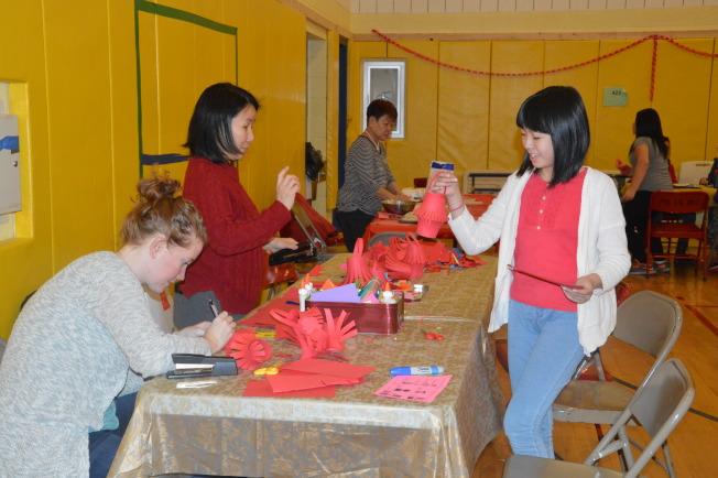 學生學習剪窗花。(記者牟蘭/攝影)