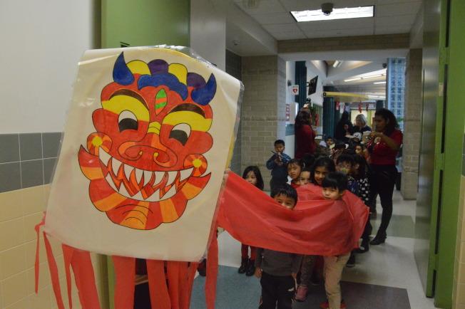 學生慶祝中國新年,高喊「雞年吉祥,恭喜發財。」(記者牟蘭/攝影)