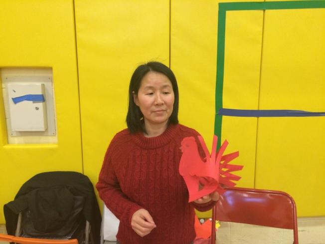 學校家長製作雞過年擺設。(記者牟蘭/攝影)