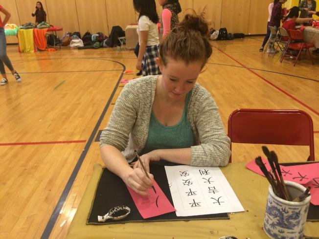 任職15年的教師學寫中文字。(記者牟蘭/攝影)