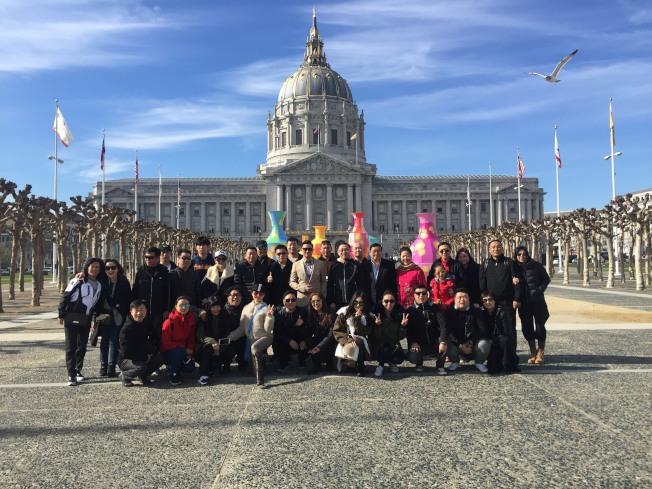 中國藝術家代表團參訪舊金山市政府。(圖片由戴錡提供)