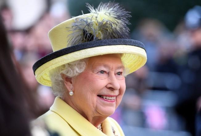 英国女王晚間散步 差點被槍殺