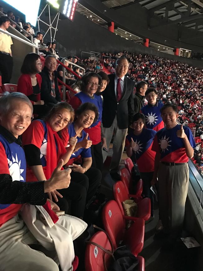 駐邁經文處與邁阿密熱火隊合辦「台灣傳統夜」,奧蘭多的僑胞穿著國旗裝到場加油。(孫博先提供)