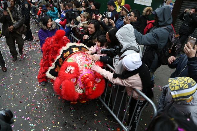 民眾紛紛觸摸醒獅,祈望新年好運。(記者洪群超/攝影)